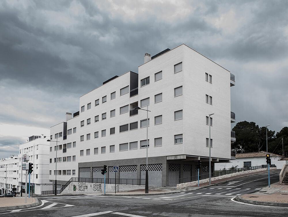 Edificio de viviendas, garajes, locales comerciales y piscina en El Campello. Proyecto.